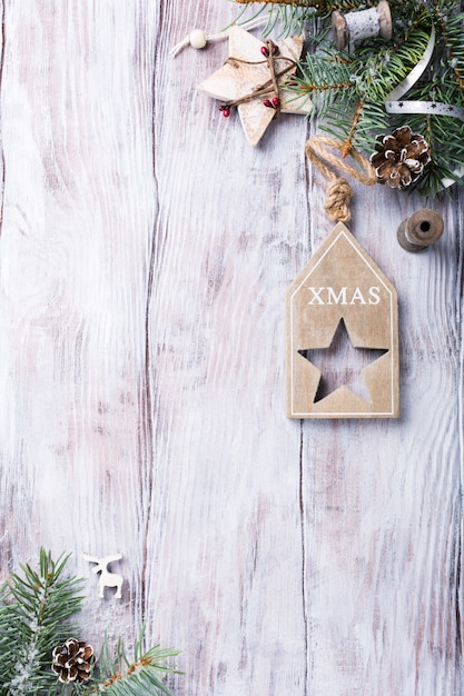 Tarjeta de navidad con copyspace sobre fondo blanco de madera. Foto Premium