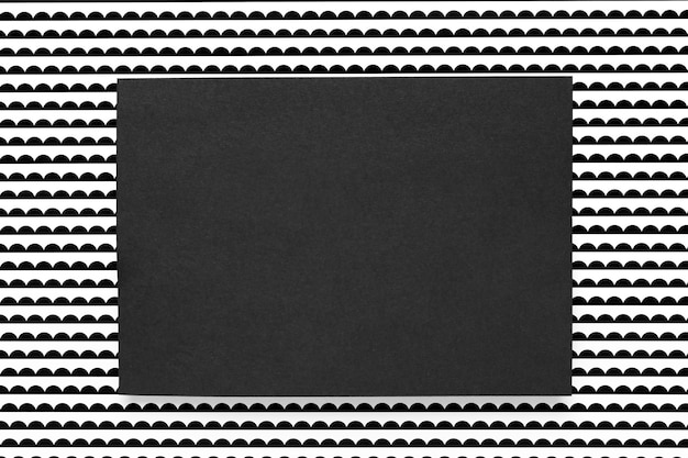 Tarjeta negra sobre fondo estampado Foto gratis