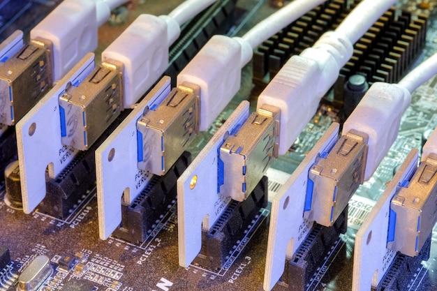 Tarjeta vertical y usb que se instalaron en la ranura pci-e de la placa base a la tarjeta de gráficos múltiples conectada para trabajar en la pc bitcoin miner Foto Premium