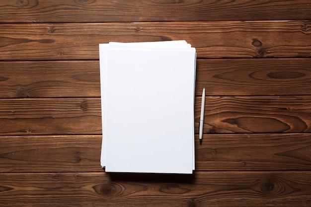 Tarjeta de visita blanca en la mesa de madera. retrato en blanco a4. Foto Premium