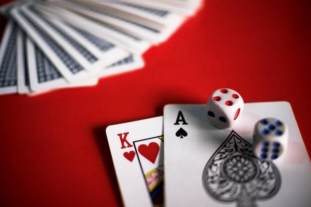 Tarjetas de blackjack en mesa roja Foto gratis