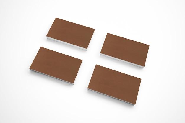 Tarjetas de cartón en blanco en el escritorio de madera Foto gratis