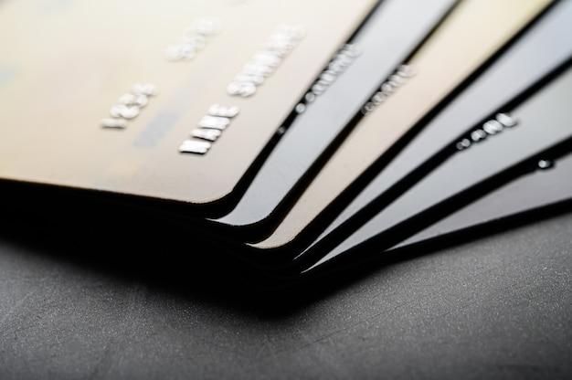 Tarjetas de crédito apiladas juntas Foto gratis