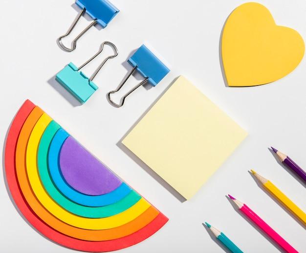 Tarjetas de notas adhesivas y herramientas escolares y papel arcoiris Foto gratis