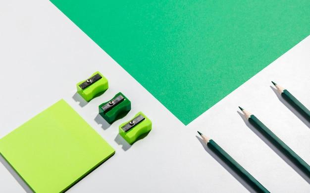 Tarjetas de notas post-it y herramientas escolares con espacio de copia Foto gratis