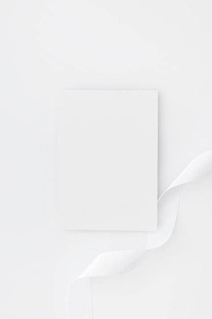 Tarjetas de visita en blanco aisladas sobre fondo blanco Foto gratis