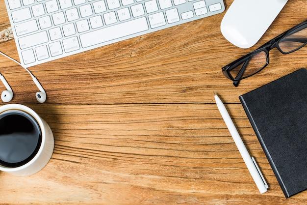 Tarjetas de visita en blanco y taza de café en la mesa de madera. corporativa de marca estacionaria simular. Foto gratis