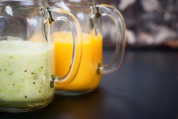 Tarro de cristal del jugo del kiwi del jugo del kiwi de la fruta fresca Foto Premium