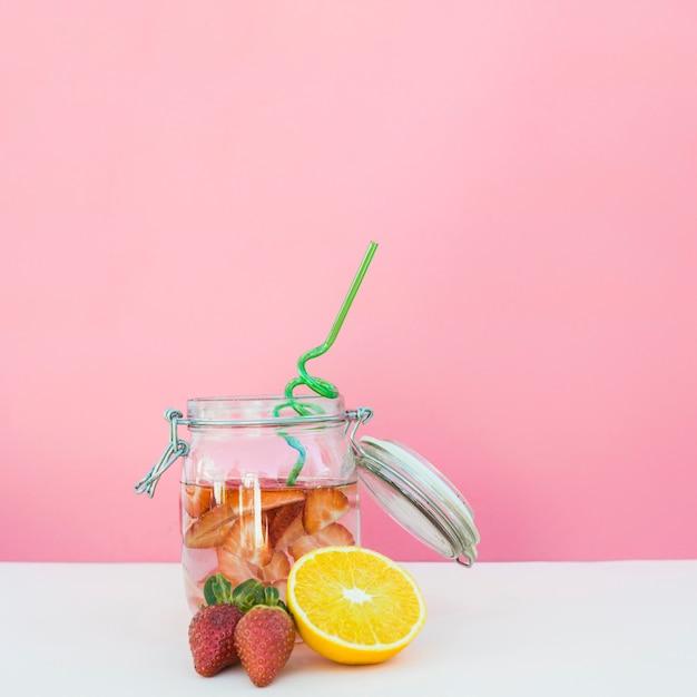 Tarro con refrescante bebida de bayas Foto gratis