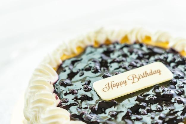 Tarta de arándanos con signo de feliz cumpleaños en la parte superior Foto gratis