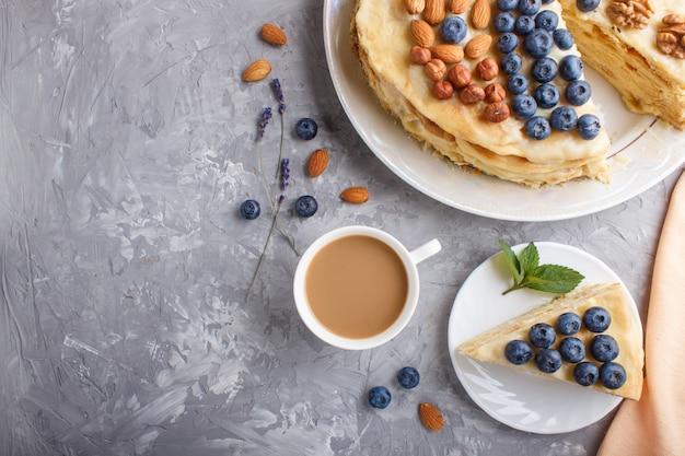 Tarta casera de napoleón en capas con crema de leche Foto Premium