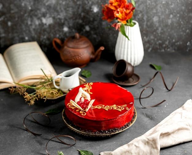 Tarta de cerezas con glaseado rojo y chocolate blanco Foto gratis