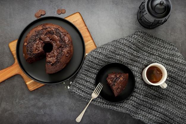 Tarta de chocolate y un trozo de tarta con una taza de café Foto gratis