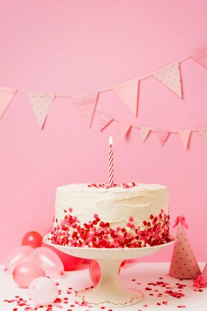 Tarta de cumpleaños con velas y confeti Foto gratis