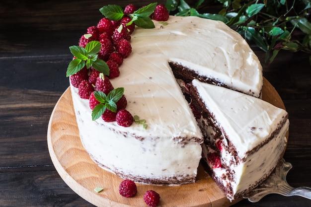 Tarta de fruta cremosa. tarta de frambuesa con chocolate. pastel de chocolate. decoración de menta. tarta de queso. Foto Premium