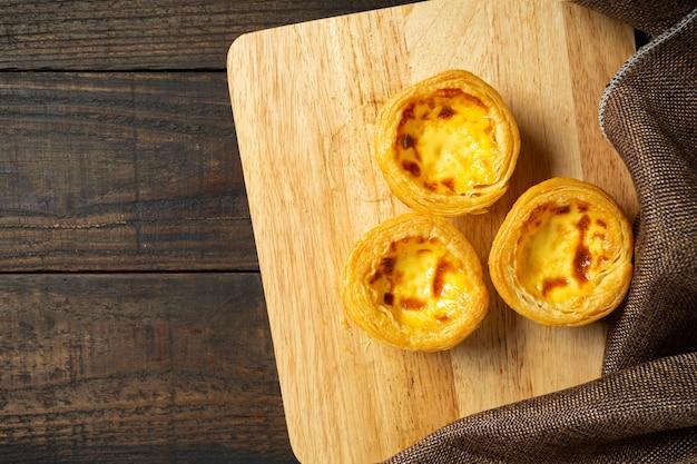 Tarta de huevo sobre madera. Foto gratis