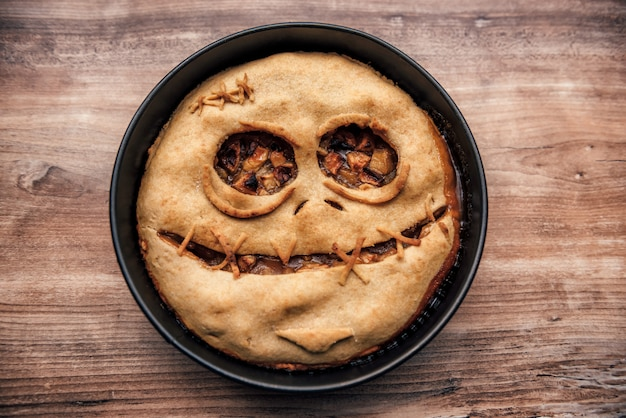 Tarta de manzana con cara de miedo para halloween Foto Premium