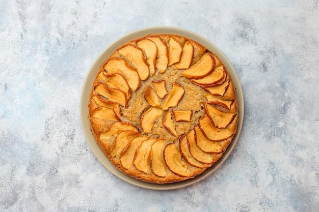 Tarta de manzana casera dulce con canela Foto gratis