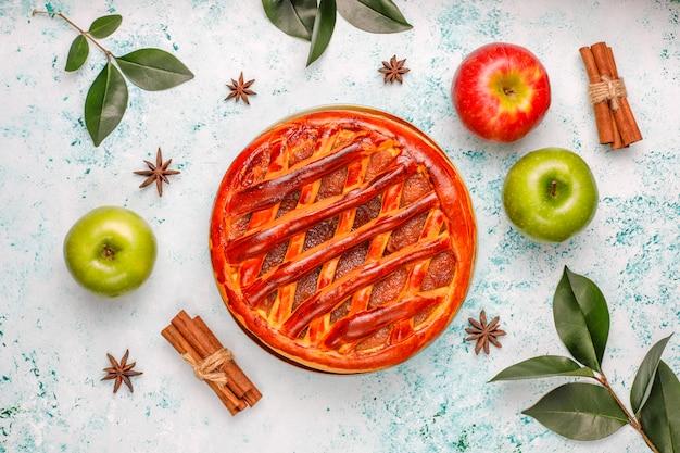Tarta de manzana casera en luz Foto gratis