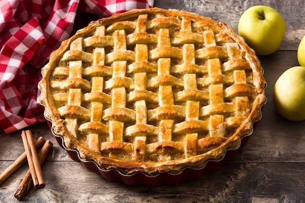 Tarta de manzana casera en mesa de madera Foto Premium