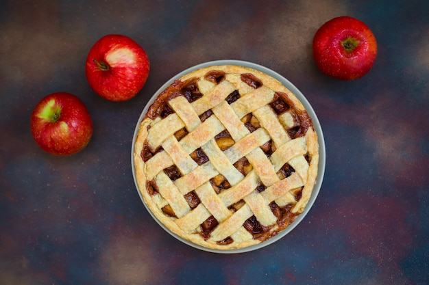 Tarta de manzana casera en oscuro, vista superior, espacio de copia Foto gratis