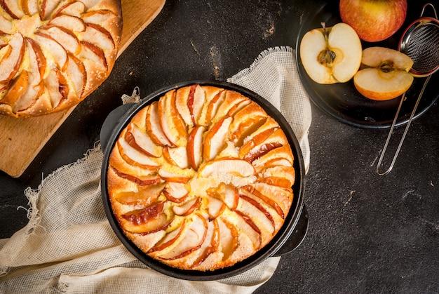 Tarta de manzana en una sartén de hierro fundido en porciones Foto Premium