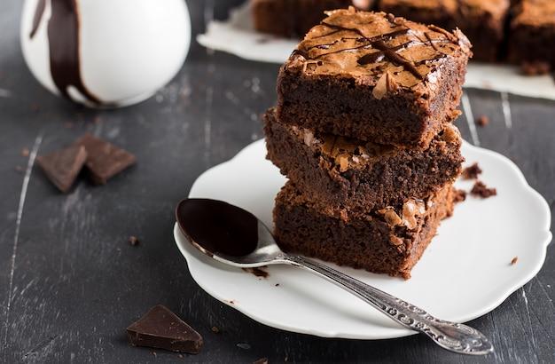Tarta de pastel de brownie de chocolate en platos caseros Foto gratis