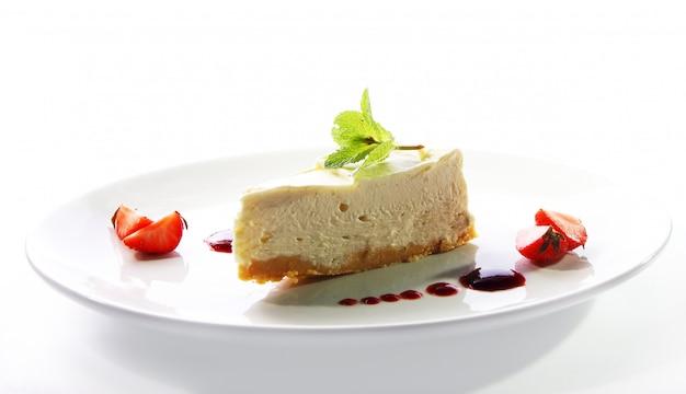 Tarta de queso fresco servido con menta Foto gratis