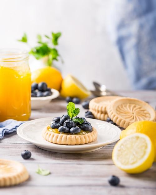 Tartaleta de cuajada de limón con arándanos frescos Foto Premium