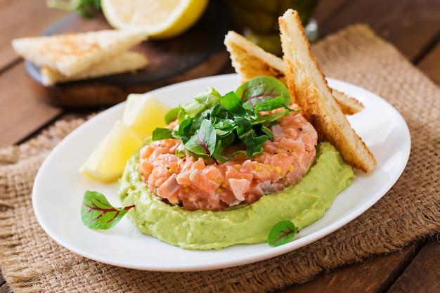 Tartar de salmón con mousse de aguacate. Foto gratis