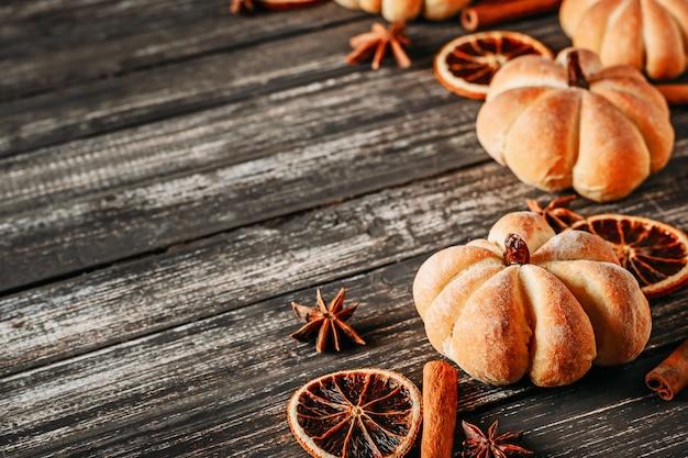 Tartas caseras en forma de calabaza y naranjas secas. Foto Premium