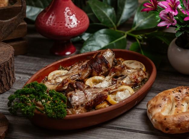 Tava kebab, barbacoa en una sartén de cerámica Foto gratis