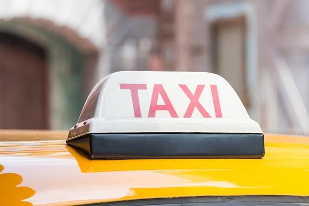 Taxi signo en el techo del coche Foto gratis