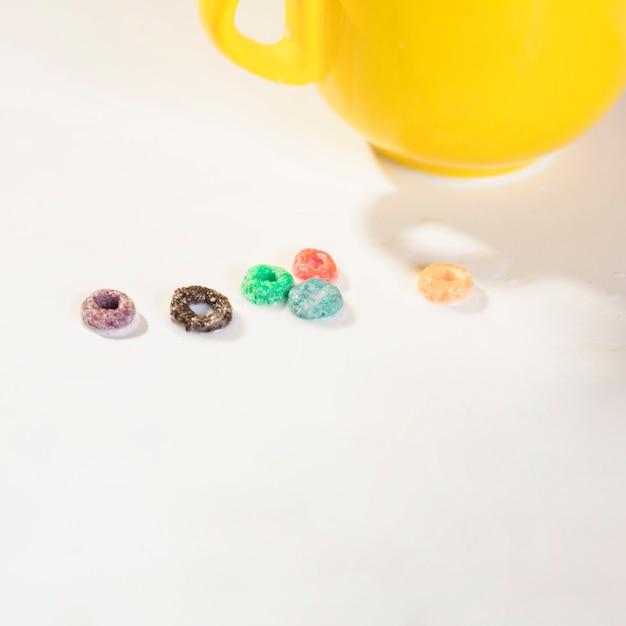 Taza de alto ángulo y cereales en la mesa Foto gratis