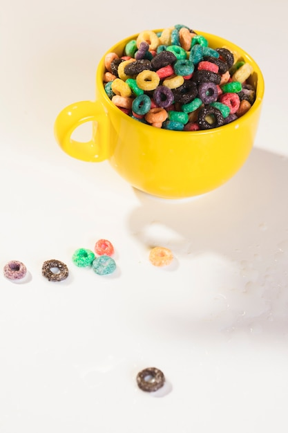 Taza de alto ángulo llena de cereales en la mesa Foto gratis