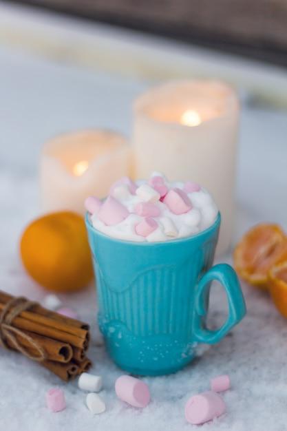 Taza azul de bebida con crema batida y malvaviscos Foto Premium