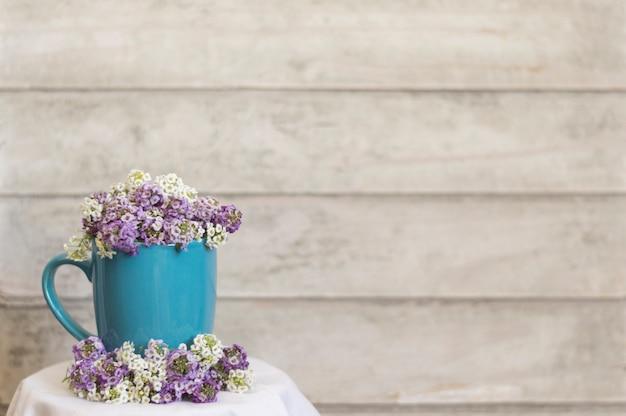 Taza Azul Con Flores Decorativas Y Fondo De Madera