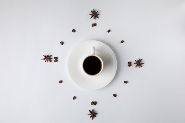 Taza de café aislada en blanco Foto gratis