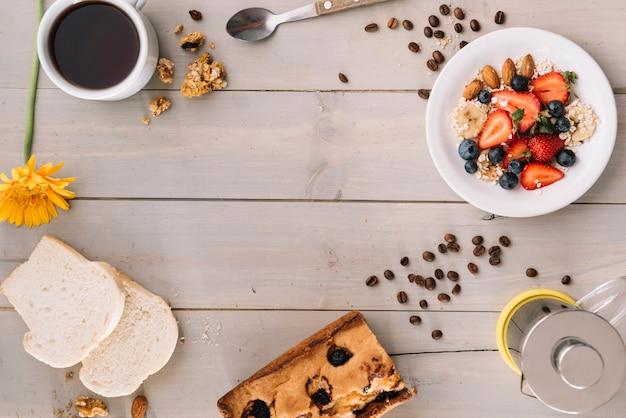 Taza de café con avena y tostadas en mesa de madera Foto gratis