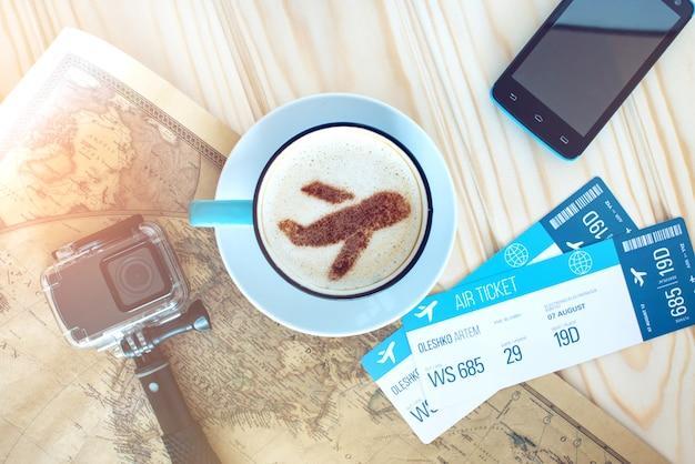 Taza de café con el avión de canela sobre espuma. Foto Premium