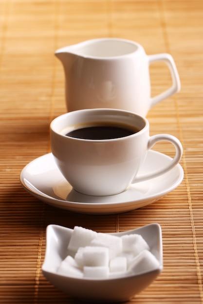 Taza de café con azúcar y crema Foto gratis