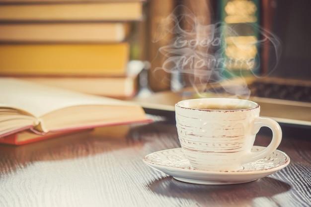 Una taza de café y un buen día de humo en la oficina en el trabajo. enfoque selectivo Foto Premium