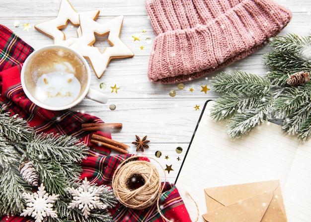 Taza de café y decoraciones navideñas. Foto Premium