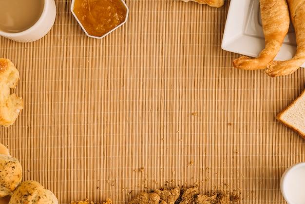 Taza de café con diferente panadería y mermelada. Foto gratis