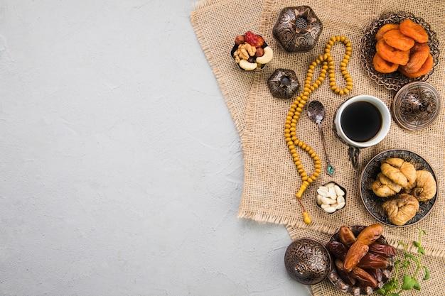 Taza de café con diferentes frutos secos y nueces. Foto gratis