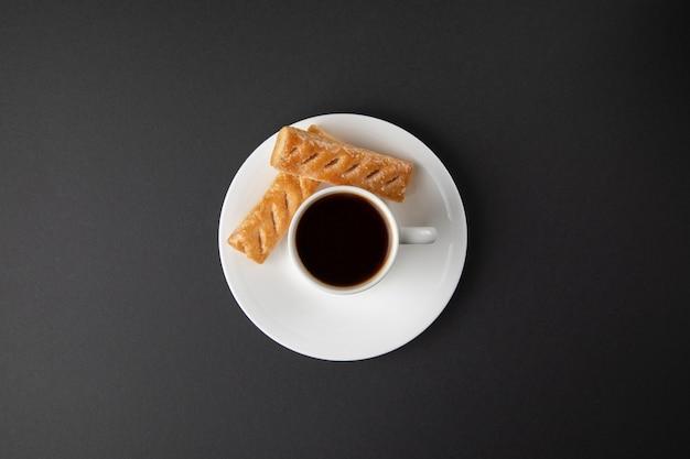 Taza de café con dulces en gris Foto gratis