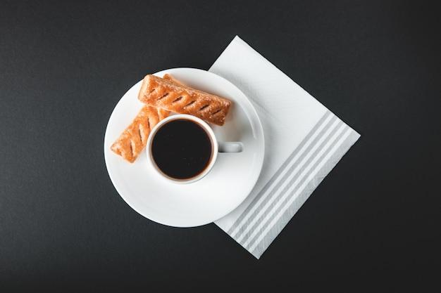 Taza de café con dulces Foto gratis