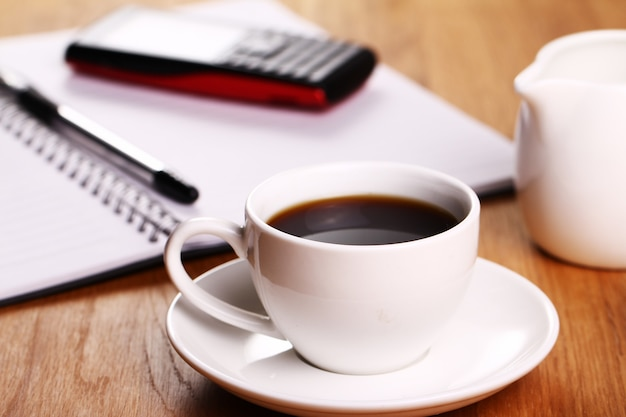 Taza de café en el escritorio Foto gratis