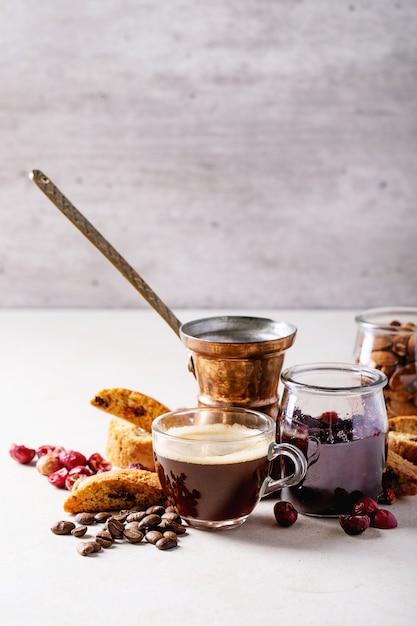 Taza de café espresso con arándano cantucci Foto Premium