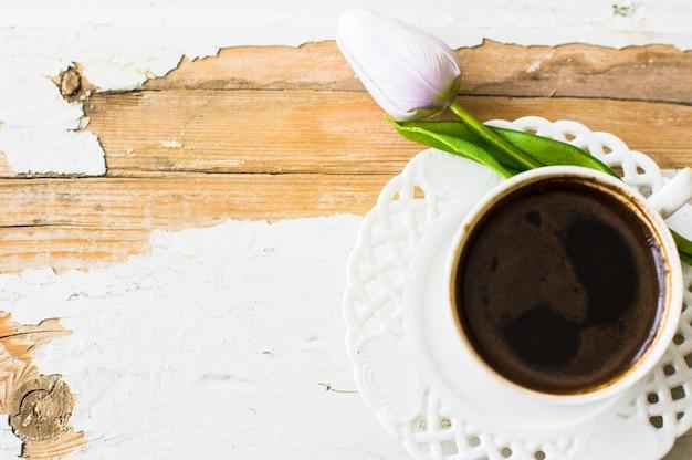 Taza de café con flor de tulipán Foto Premium